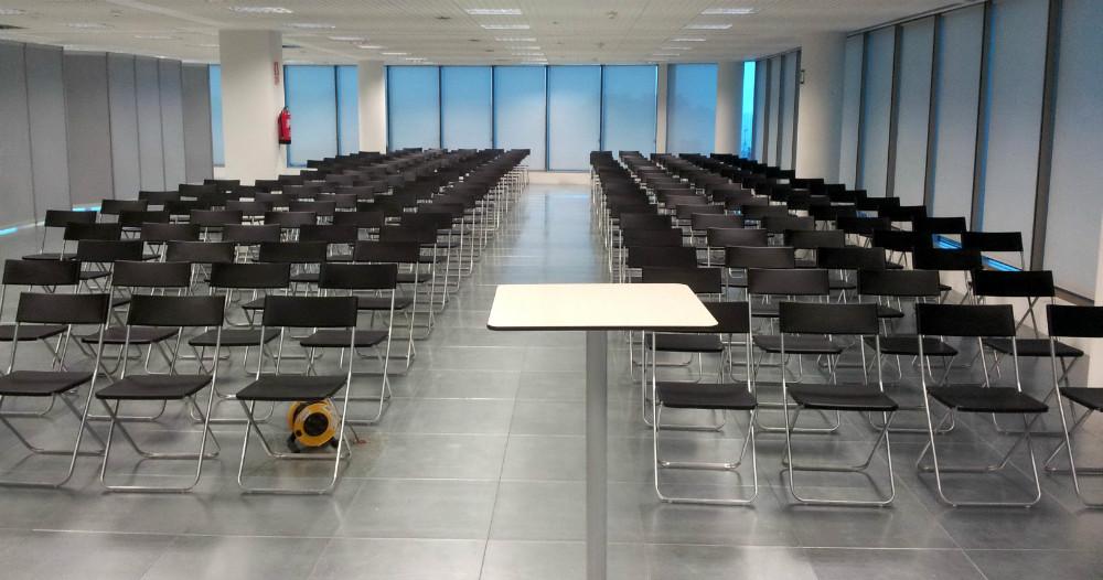 Sala reunión con sillas tijera negras